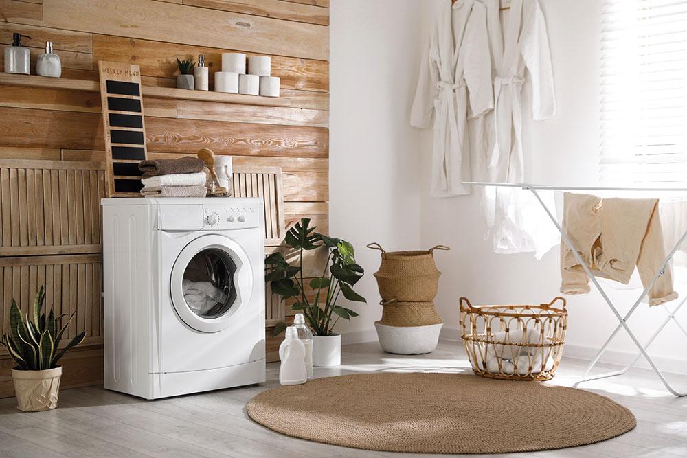 práčka v kúpeľni s prírodnými materiálmi