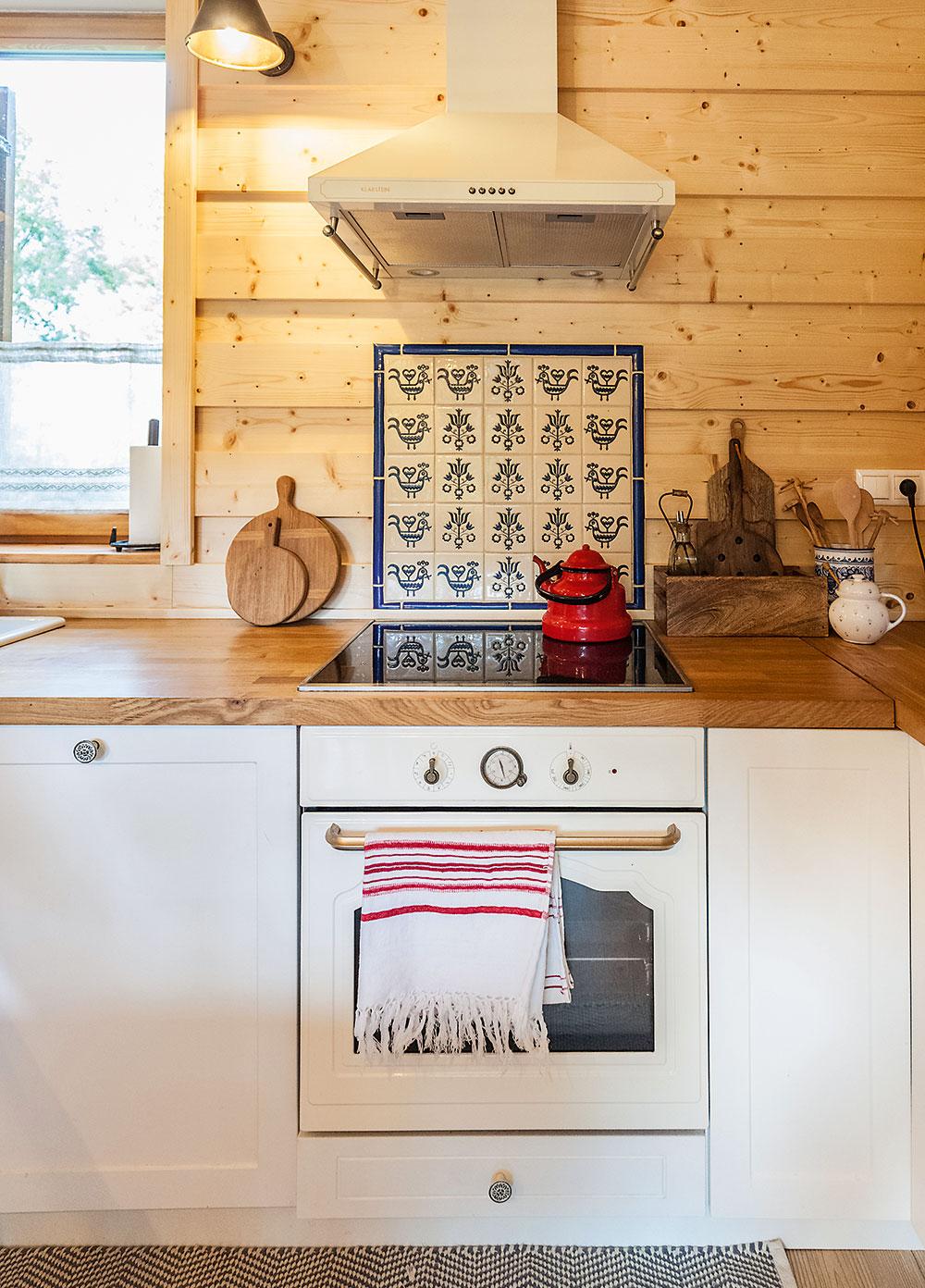 imdukčná varná doska v kuchyni na chalupe