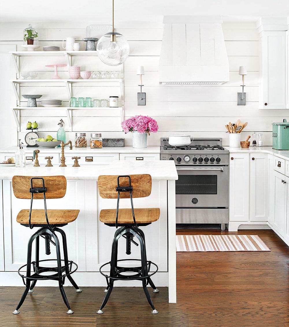 biela kuchyňa s ostrovom