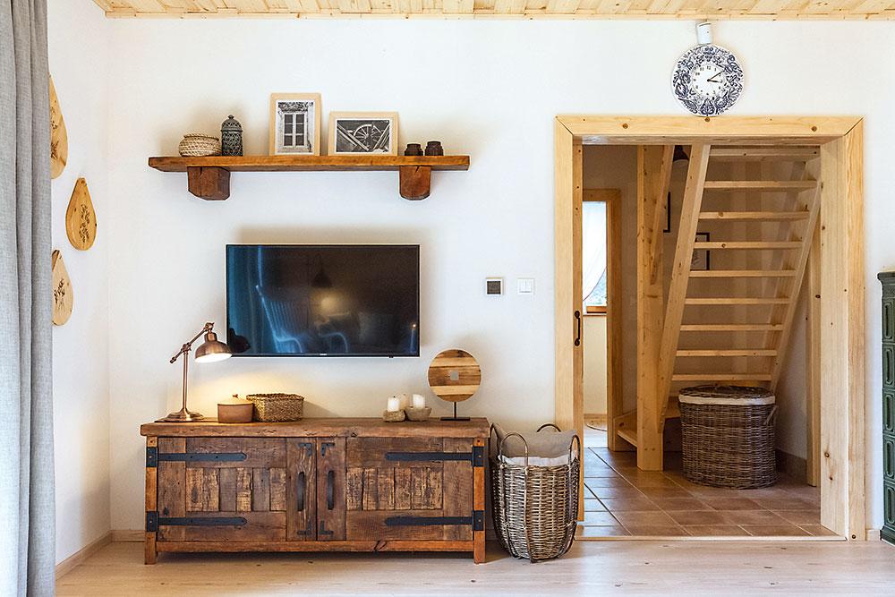 Skrinka pod televízorom vobývačke chalupy zrecyklovaného dreva