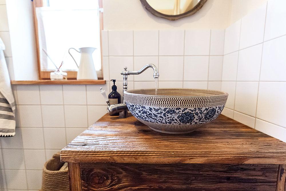 vzorované keramické umývadlo