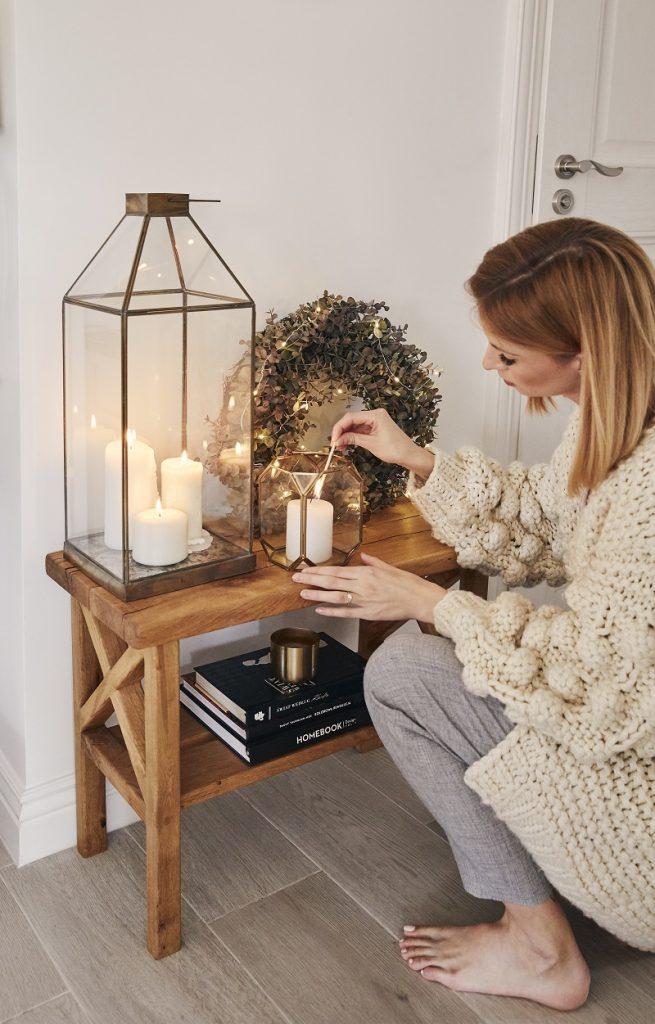 vianočný svietnik na stolíku