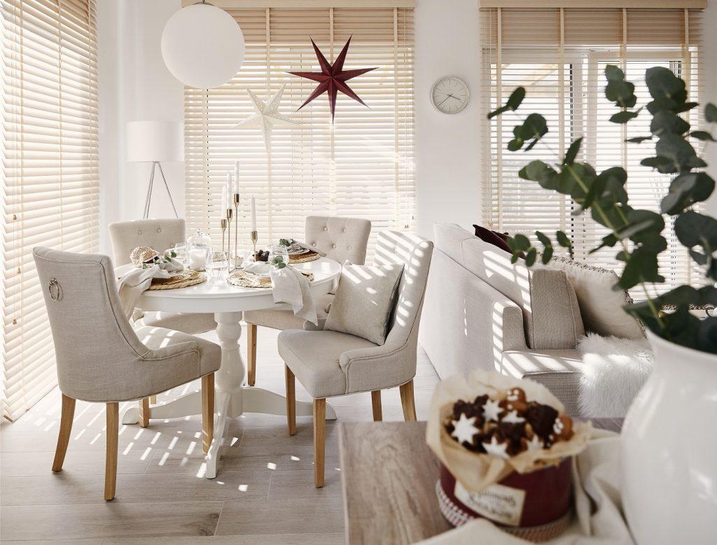 jedáleň s vianočnými dekoráciami