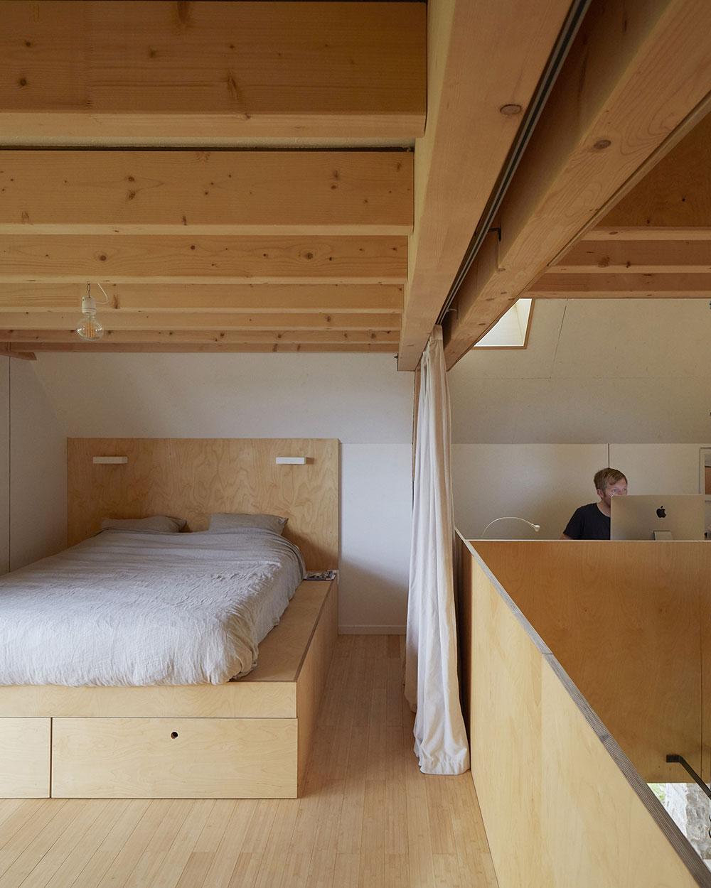 domček s prevahou dreva a so sedlovou strechou