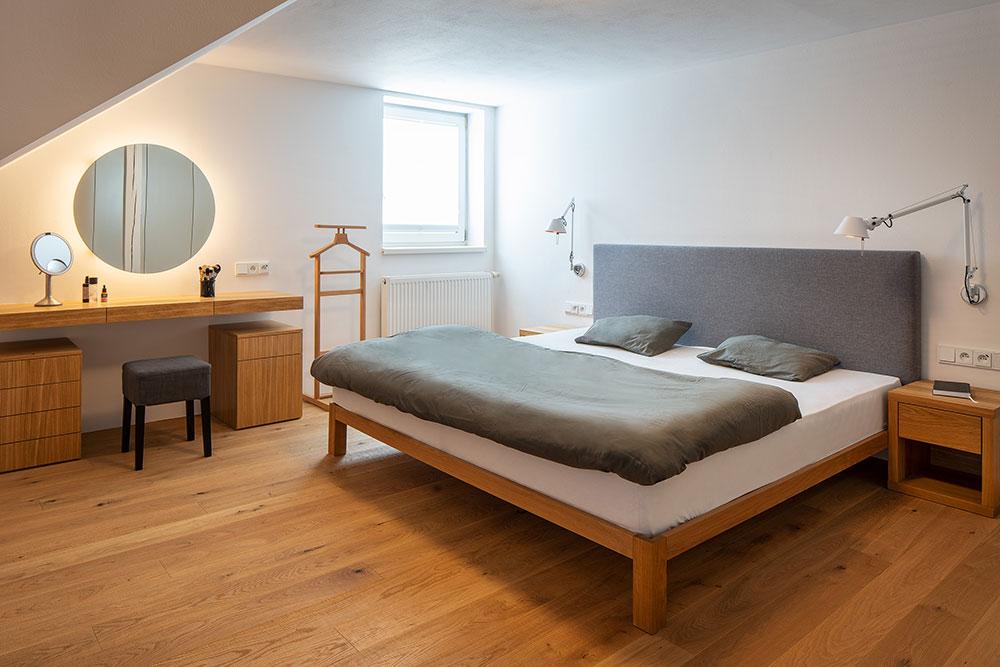 spálňa s manželskou posteľou z dreva