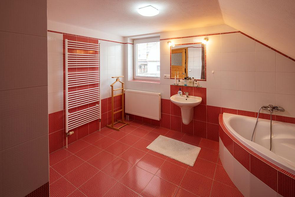 pôvodná kúpeľňa s červenými obkladačkami