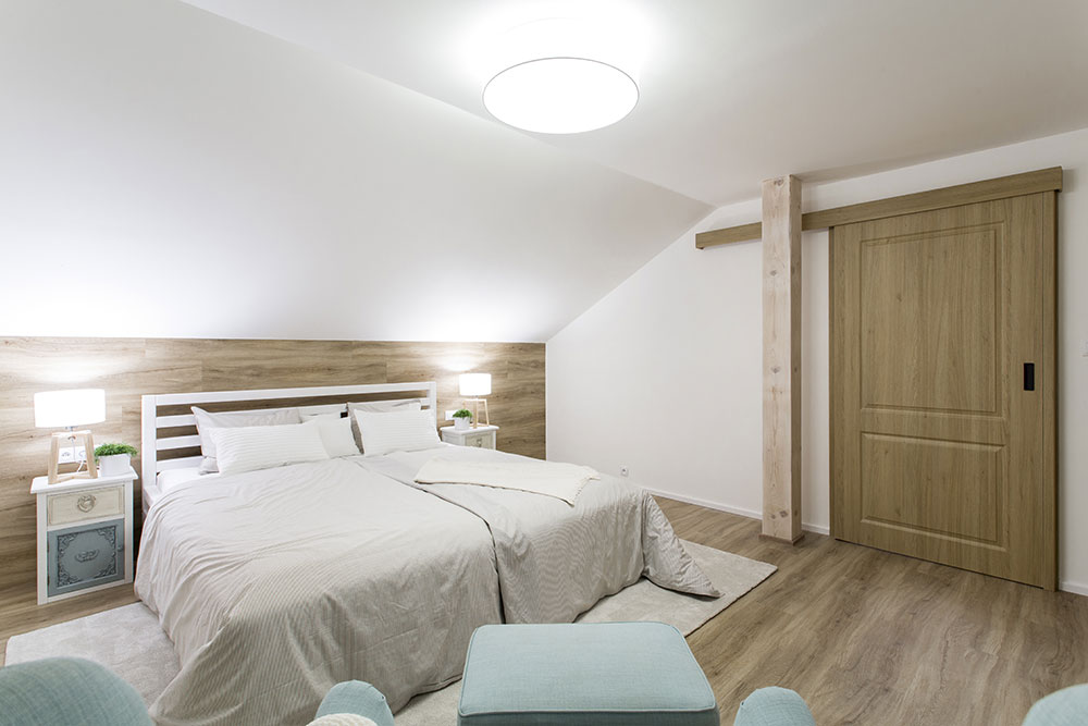 spálňa s dreveným čelom