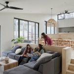 obývacia izba s francúzskymi oknami a jedálňou