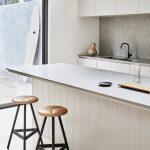 kuchynská linka s barovými stoličkami