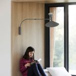 oddychový kútik v obývacej izbe pri okne