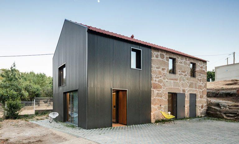 Dom s dvoma fasádami: Žula a vlnitý plech ako odkaz na minulosť a budúcnosť
