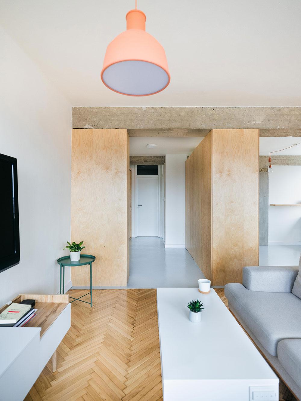 obývacia izba a priznané betónové priečky
