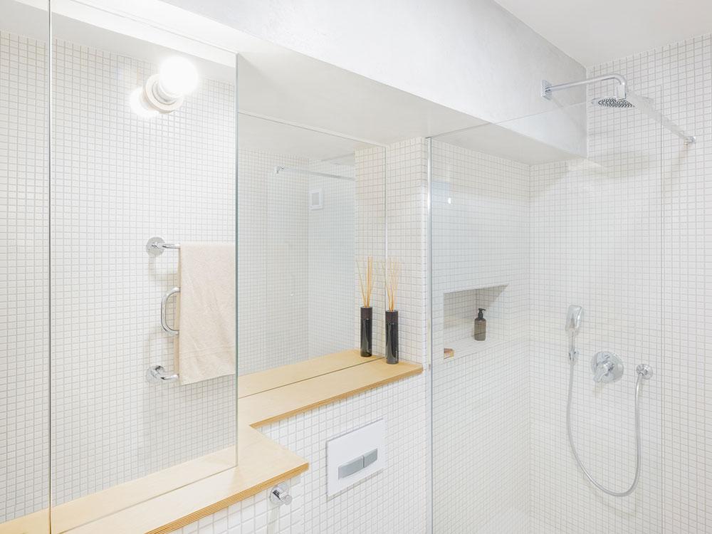 biela kuchyňa so sprchovým kútom