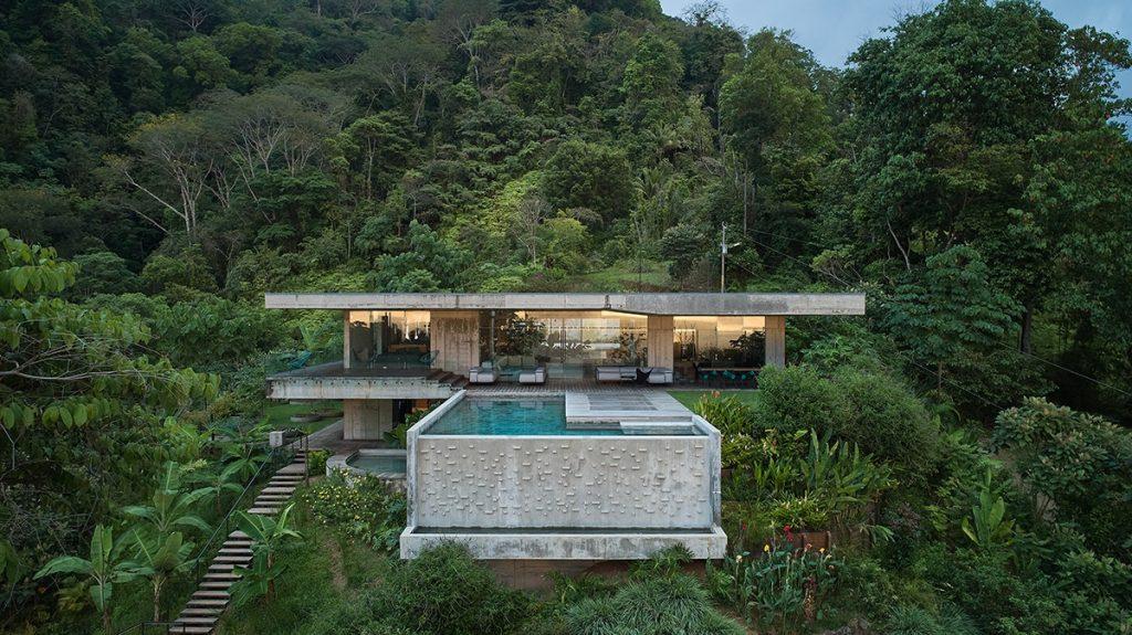 Českí architekti navrhli betónovú vilu v džungli: Drsný luxus, ktorý nie je pre všetkých