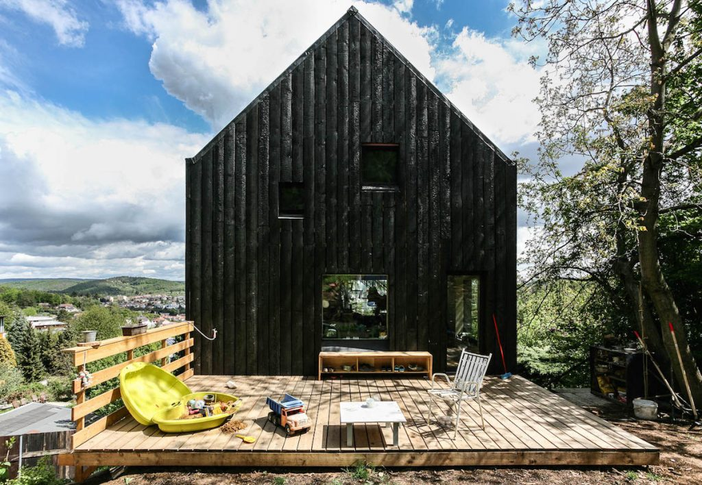 Nečakane lacný dom: Úsporná stavba pre päťčlennú rodinu