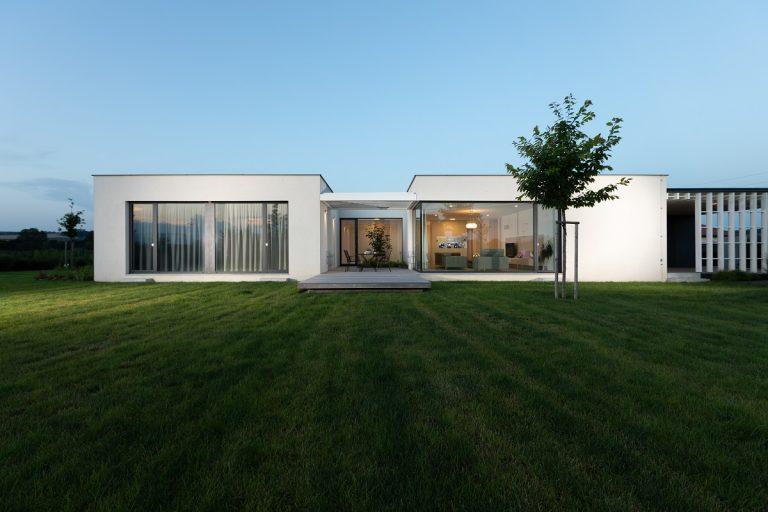 Praktické riešenie jednopodlažného domu: Izby napojili na centrálnu os