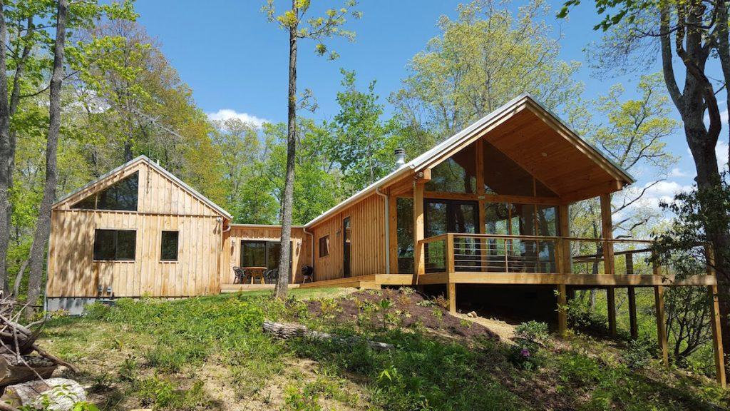Krásna drevená chata vhorách vyniká jednoduchým dizajnom