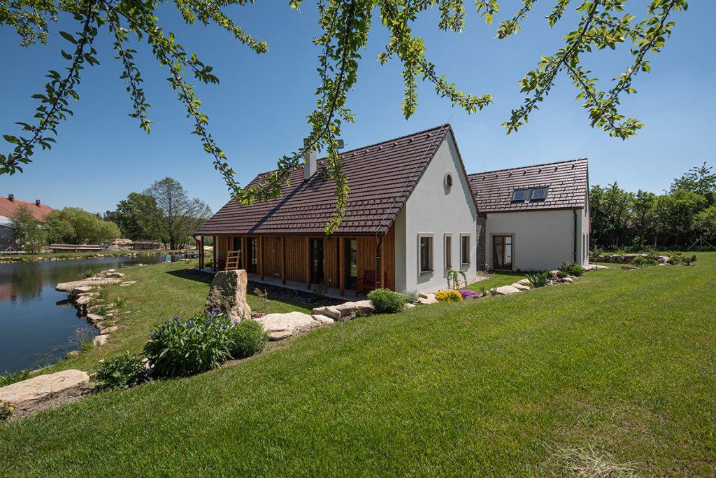 Vidiecka usadlosť s tradičnou stodolou a rybníkom aj na kúpanie
