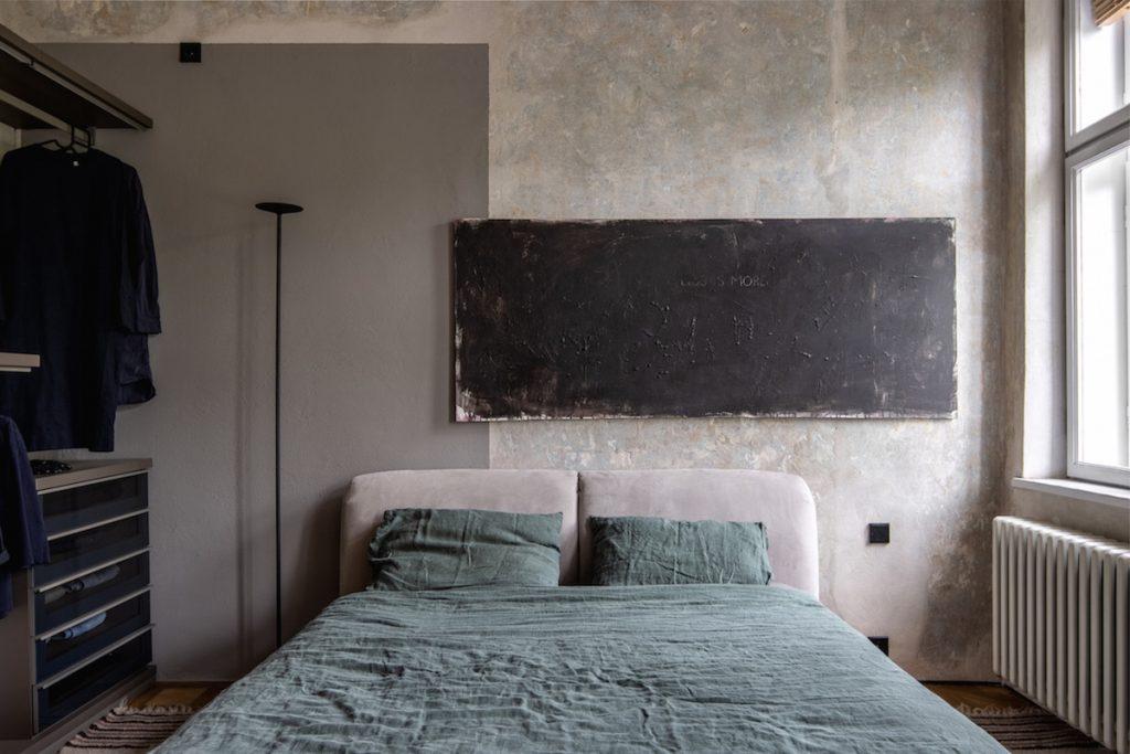 Spálňa s modernými prvkami a pôvodnými freskami
