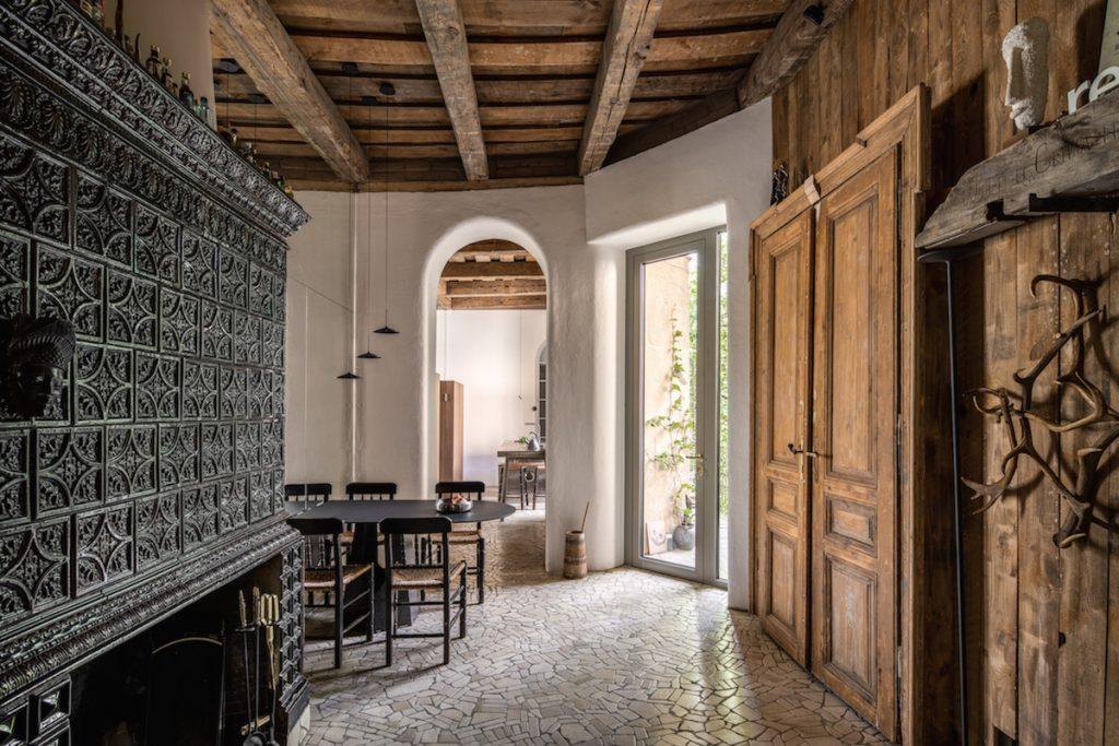 Výnimočná premena bytu: Pod stropmi našli trámy, pod omietkou fresky
