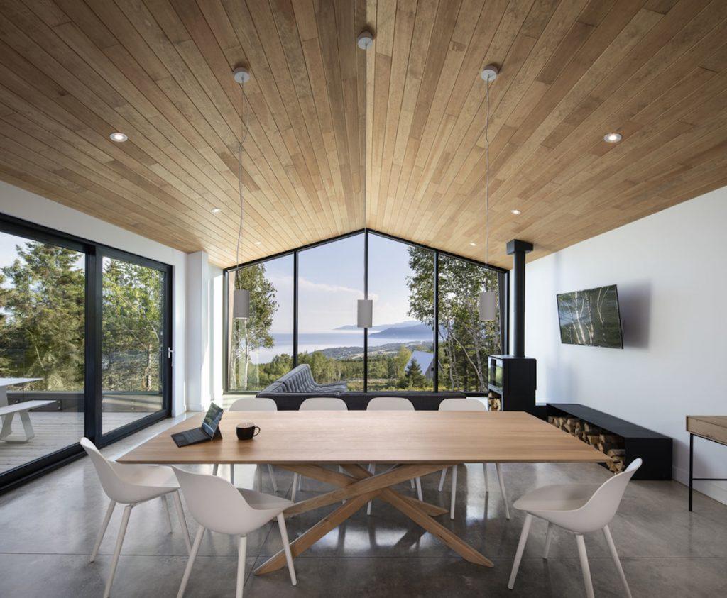 Obývačka s krbom a jedálenským stolom