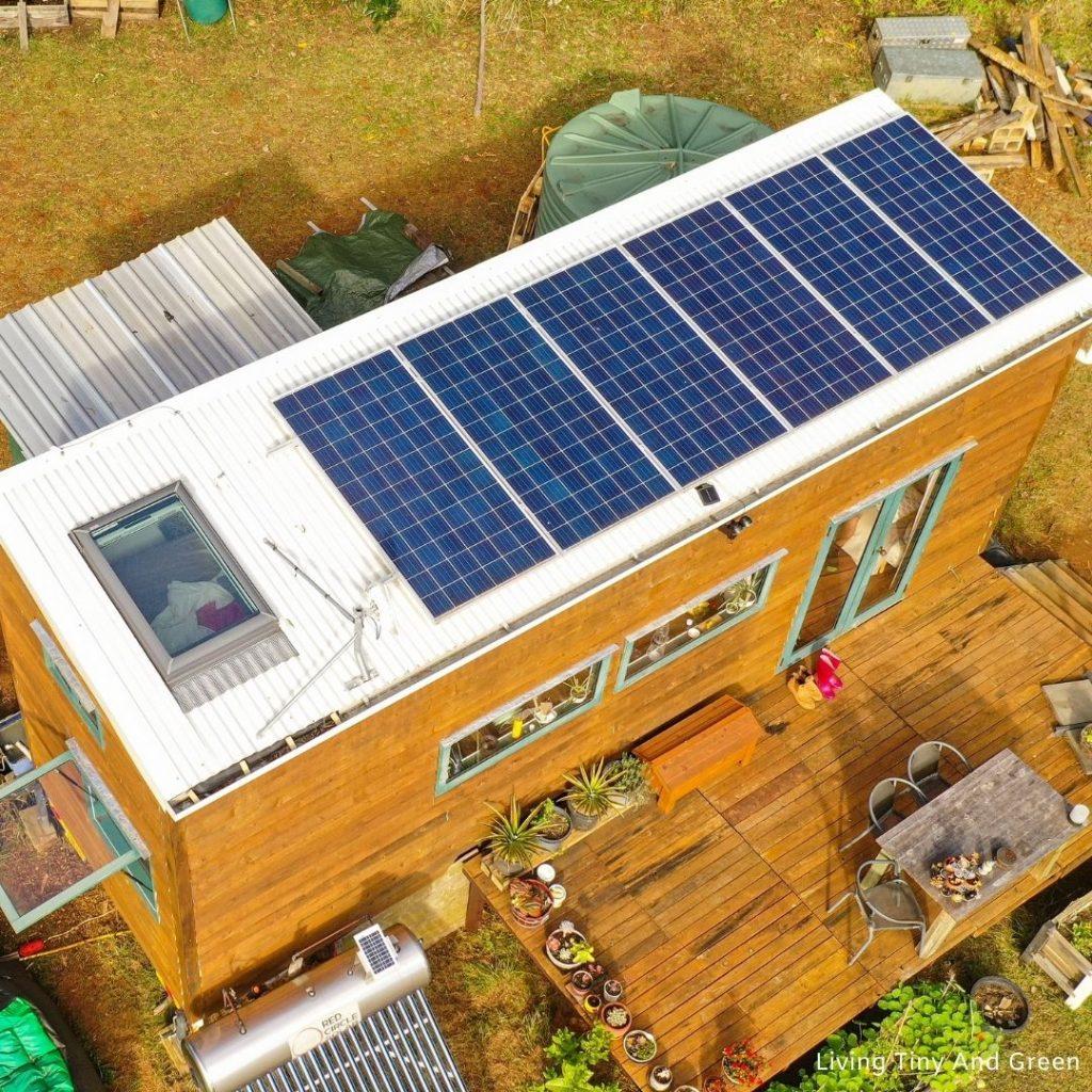 Solárne panely na malom ekologickom domčeku