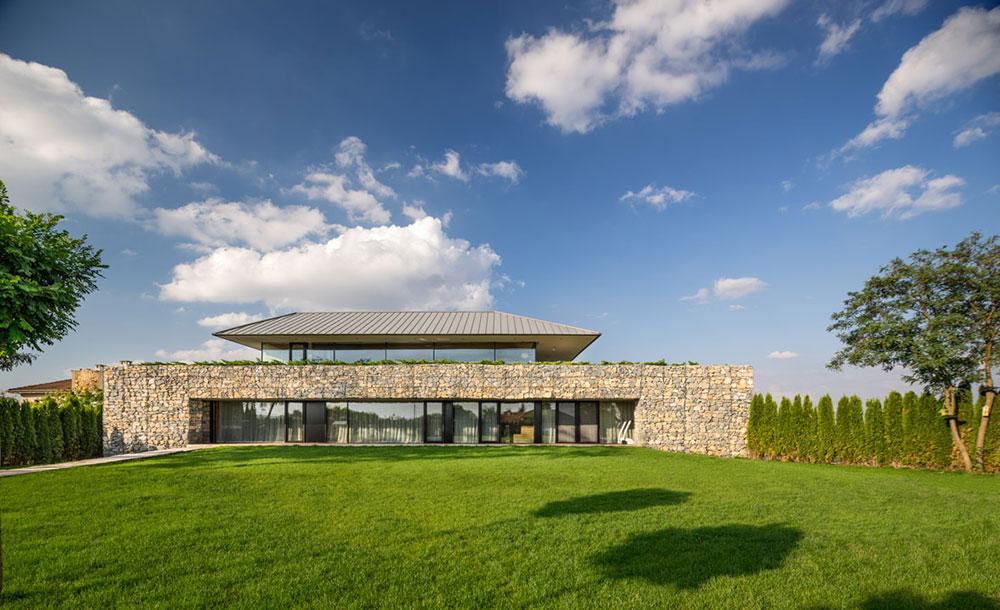moderný dom s gabiónovou stenou