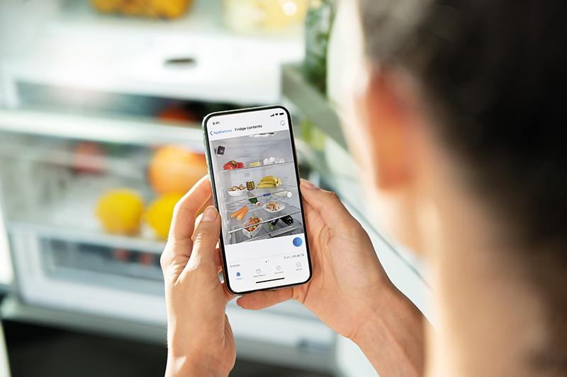 S kamerami v chladničkách môžete kedykoľvek a odkiaľkoľvek skontrolovať, čo doma práve máte. Vždy, keď sa dvere zavrú, dve kamery vyfotografujú vnútorný priestor a obrázky odošlú do aplikácie Home Connect.