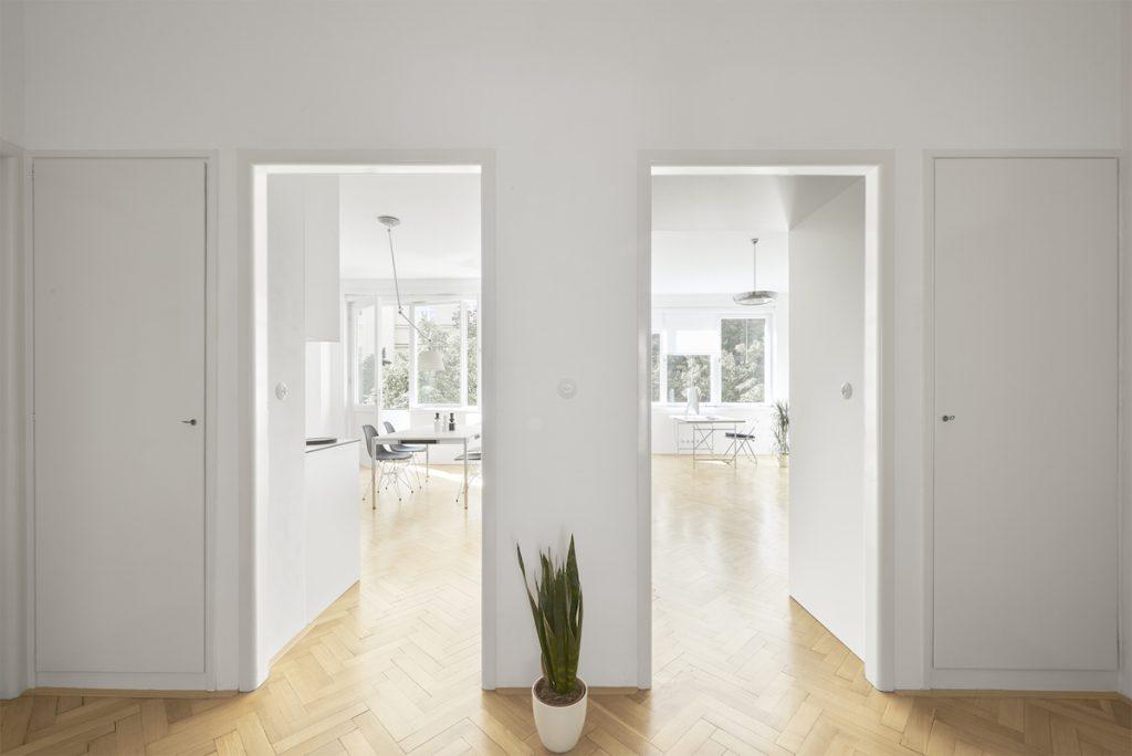 Chodba s otvorenými dverami do obývacej izby