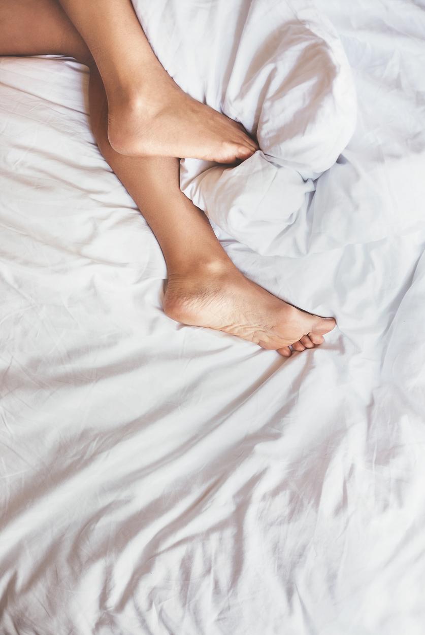 Ženské nohy v obliečkach.