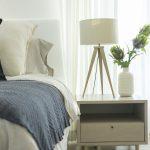 Nočný stolík v spálni.