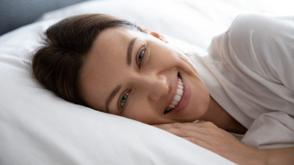 Spokojná žena na posteli