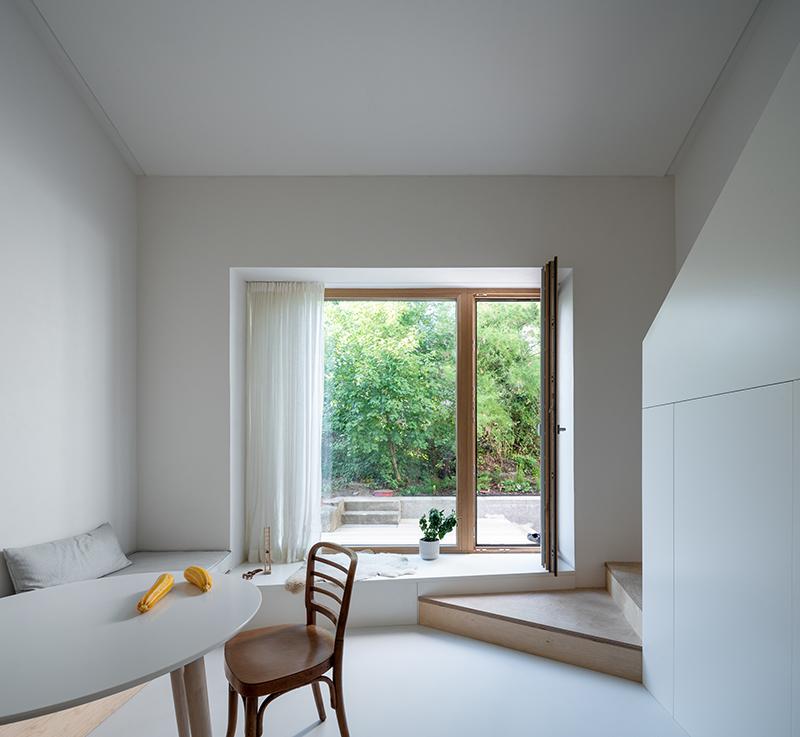 jedáleň s veľkým oknom a schodiskom