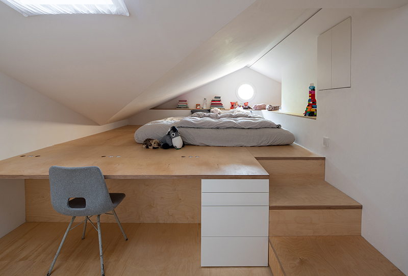 detská izba s posteľou v podkroví