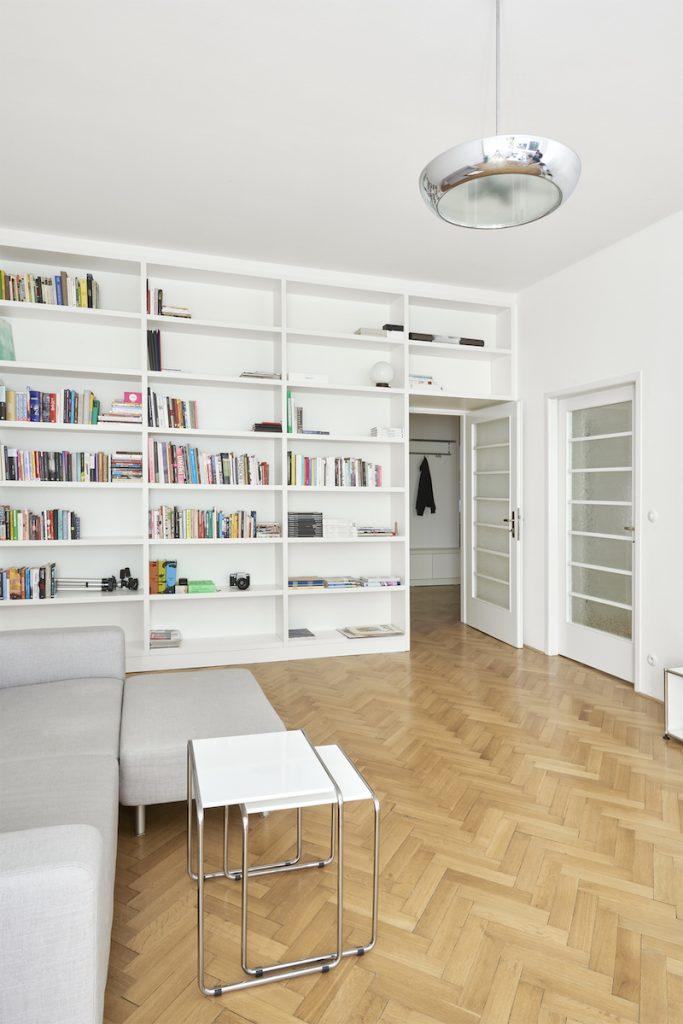 Obývačka s knižnicou
