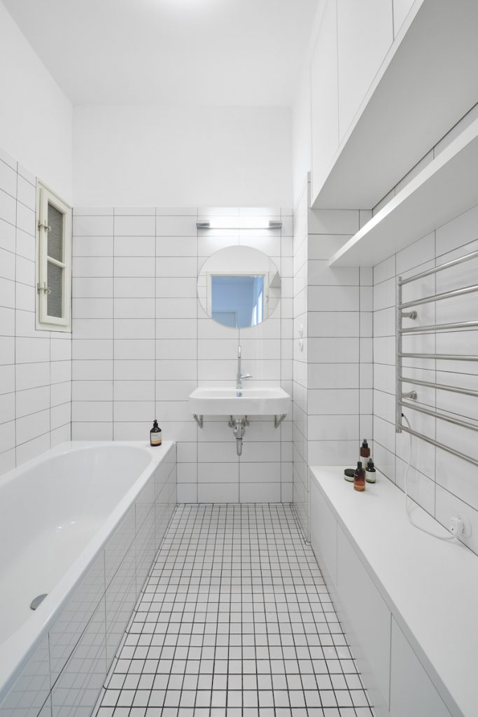 Kúpeľňa s bielymi obkladačkami a vaňou