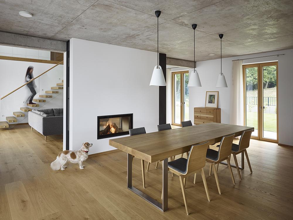 kontrast prírodného dubového dreva s pohľadovým betónom na strope