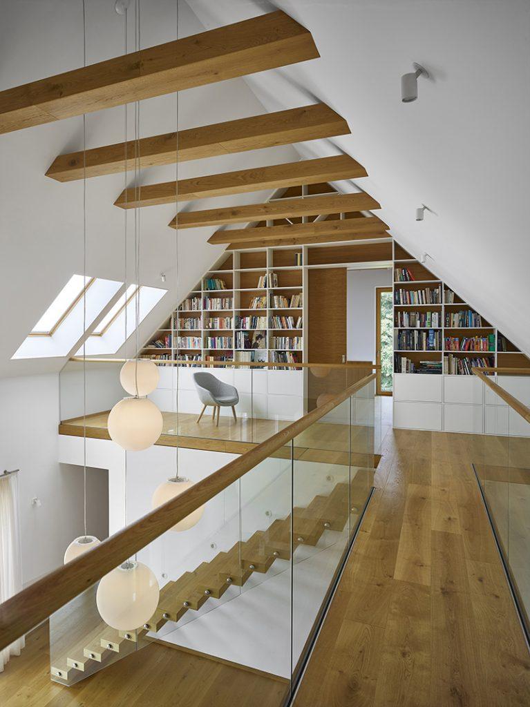 poschodie s knižnicou a priznanou hambálkovou konštrukciou