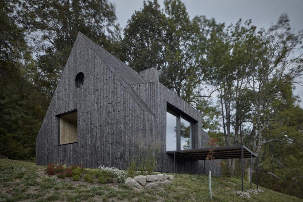 chata s čiernym opaľovaným obložením