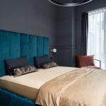Antracitová spálňa so zelenou posteľou