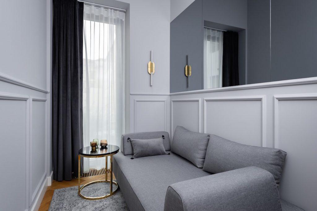 Úzka miestnosť s gaučom