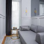 Úzka miestnosť s gaučom a zrkadlom