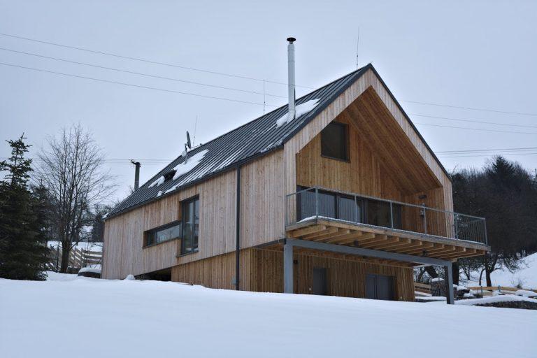 Neďaleko tajchu v Štiavnických vrchoch stojí typový dom s originálnymi úpravami (VIDEO)