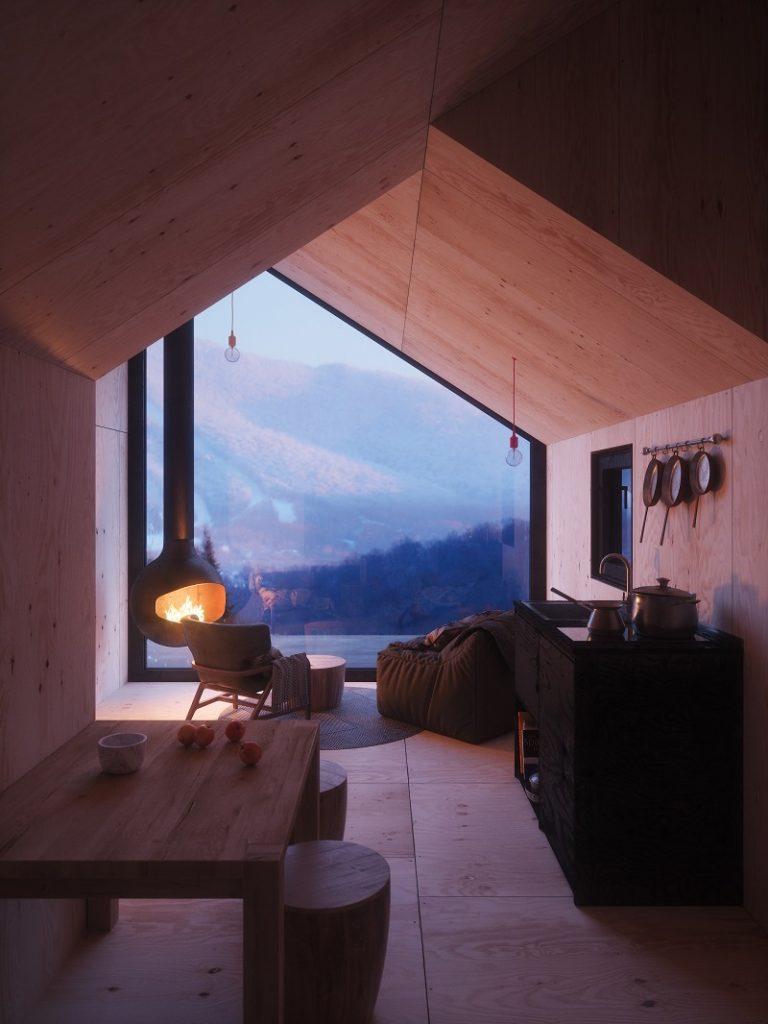 Obývačka s krbom a výhľad na hory