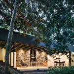 Záhradný domček pod stromami