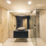 Kúpeľňa s drevom a čiernou stenou