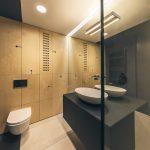 Umývadlo s veľkou zrkadlovou stenou
