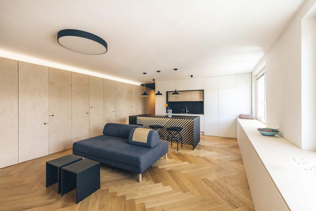 Obývačka a kuchyňa s dlhou skriňou