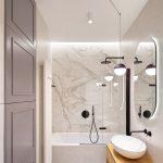 Svetlá kúpeľňa s mramorovou stenou