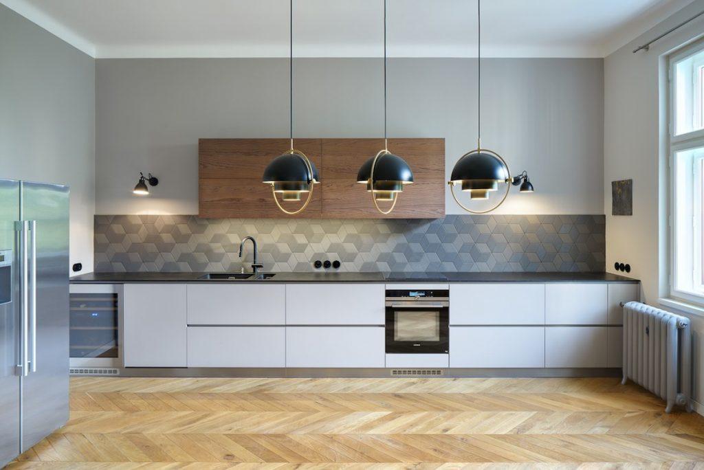 Kuchyňa s čiernou pracovnou doskou